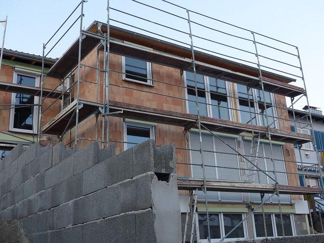 Hausbautipps24 - Kosten sparen beim Hausbau: Eigenleistung