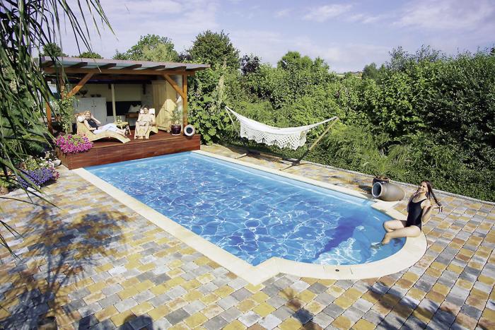 hausbautipps24 mit einer w rmepumpe bringen sie das schwimmbad auf angenehme badetemperaturen. Black Bedroom Furniture Sets. Home Design Ideas